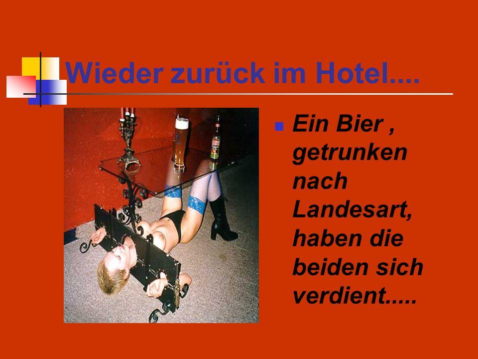 Wieder zurück im Hotel.... Ein Bier, getrunken nach Landesart, haben die beiden sich verdient.....