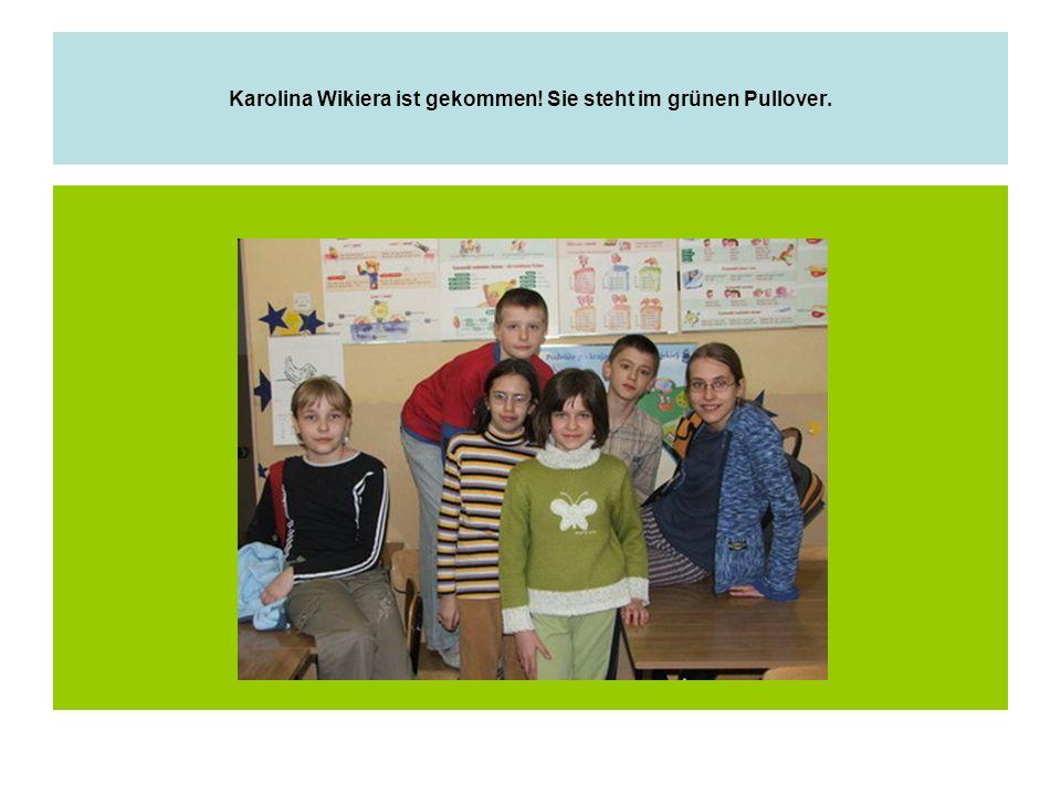 Karolina Wikiera ist gekommen! Sie steht im grünen Pullover.