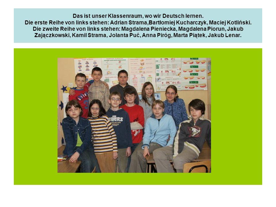 Das ist unser Klassenraum, wo wir Deutsch lernen. Die erste Reihe von links stehen: Adrian Strama,Bartłomiej Kucharczyk, Maciej Kotliński. Die zweite