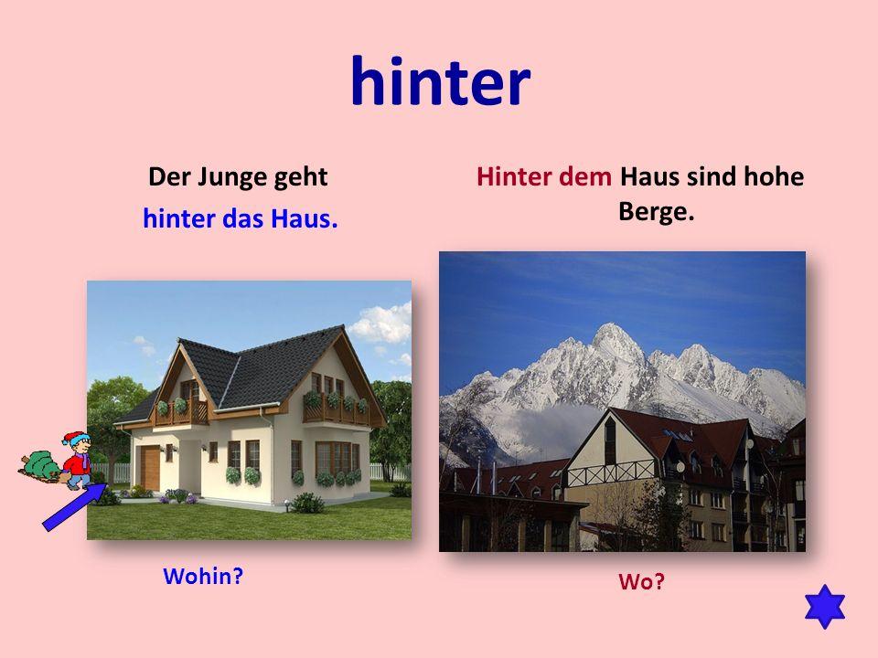 hinter Der Junge geht hinter das Haus. Hinter dem Haus sind hohe Berge. Wo? Wohin?
