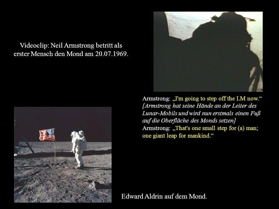 Edward Aldrin auf dem Mond. Armstrong: I'm going to step off the LM now. [Armstrong hat seine Hände an der Leiter des Lunar-Mobils und wird nun erstma