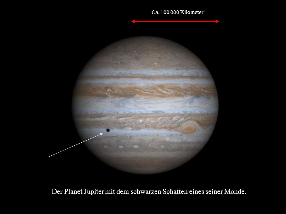 Der Planet Jupiter mit dem schwarzen Schatten eines seiner Monde. Ca. 100 000 Kilometer