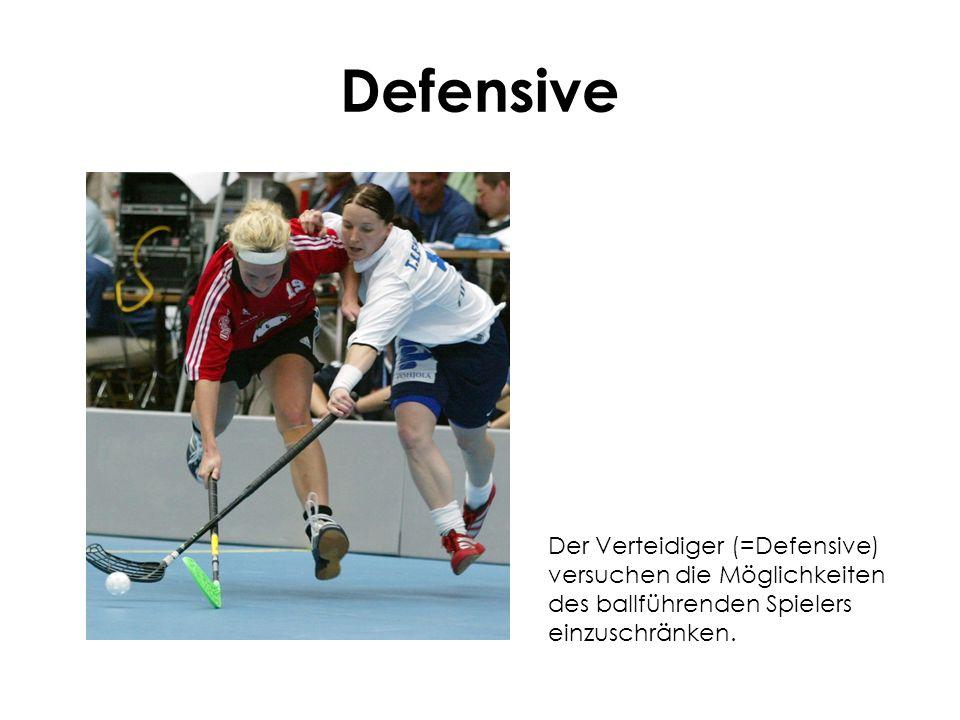 Defensive Der Verteidiger (=Defensive) versuchen die Möglichkeiten des ballführenden Spielers einzuschränken.