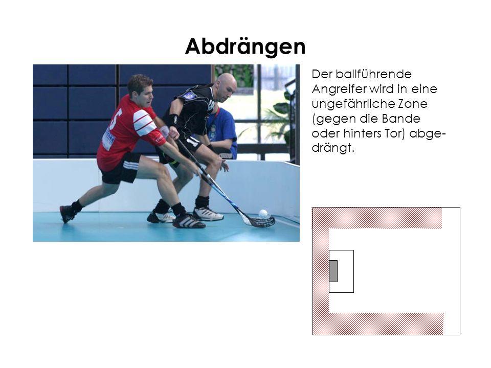 Abdrängen Der ballführende Angreifer wird in eine ungefährliche Zone (gegen die Bande oder hinters Tor) abge- drängt.