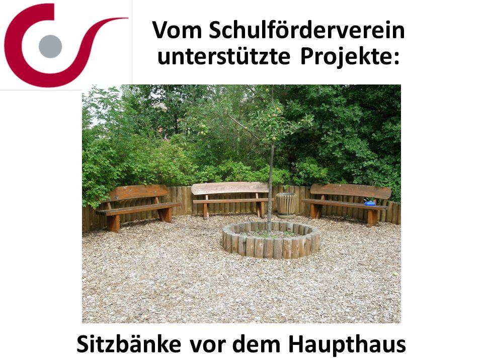 Vom Schulförderverein unterstützte Projekte: Sitzbänke vor dem Haupthaus