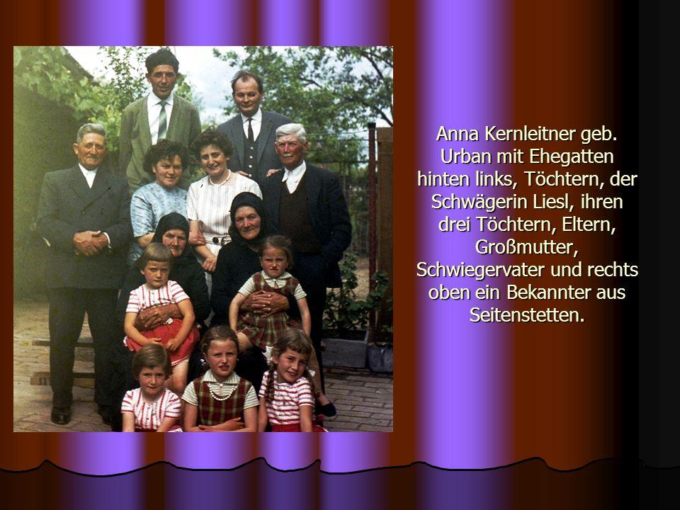 Anna Kernleitner geb. Urban mit Ehegatten hinten links, Töchtern, der Schwägerin Liesl, ihren drei Töchtern, Eltern, Großmutter, Schwiegervater und re