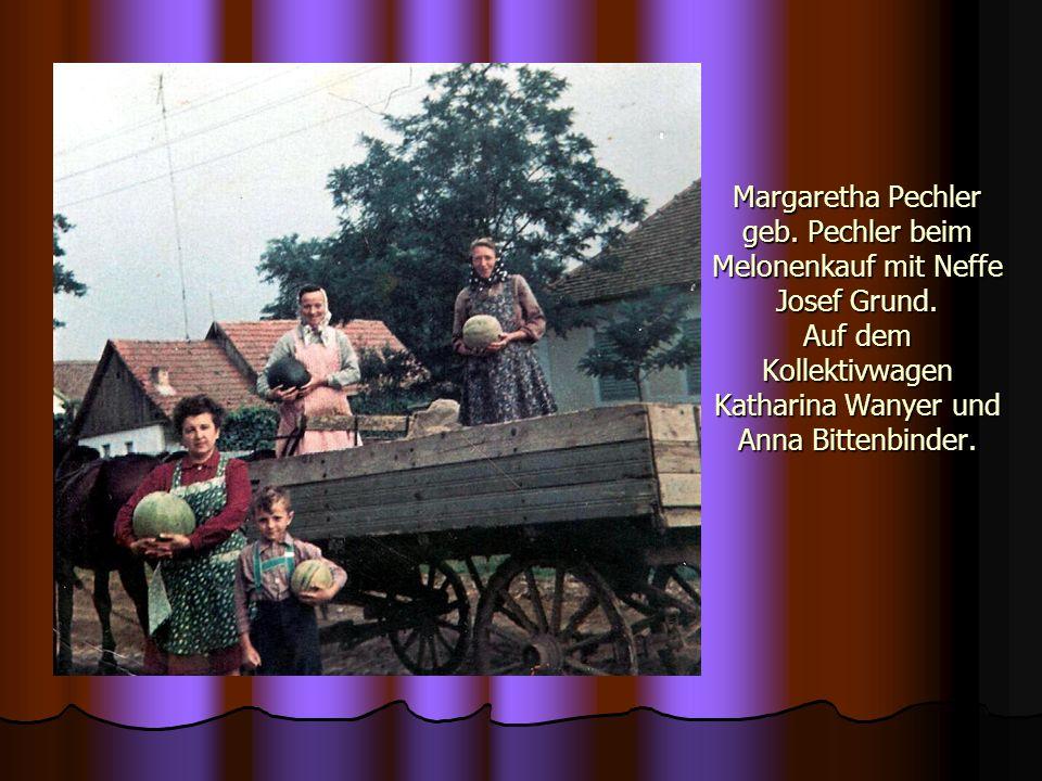 Margaretha Pechler geb. Pechler beim Melonenkauf mit Neffe Josef Grund. Auf dem Kollektivwagen Katharina Wanyer und Anna Bittenbinder.