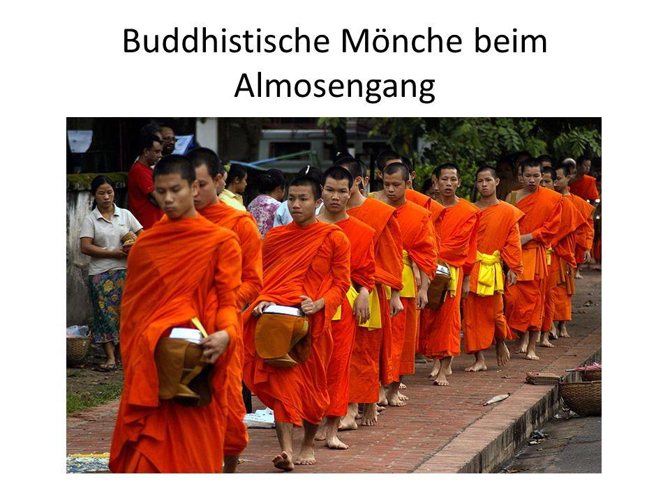 Buddhistische Mönche beim Almosengang
