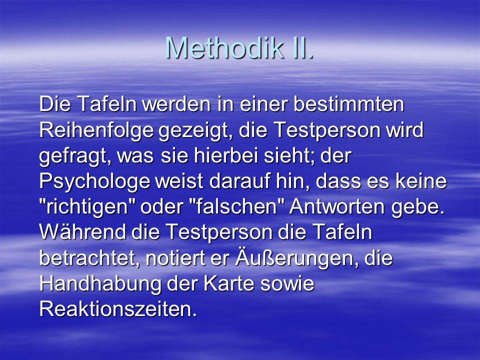 Methodik II. Die Tafeln werden in einer bestimmten Reihenfolge gezeigt, die Testperson wird gefragt, was sie hierbei sieht; der Psychologe weist darau