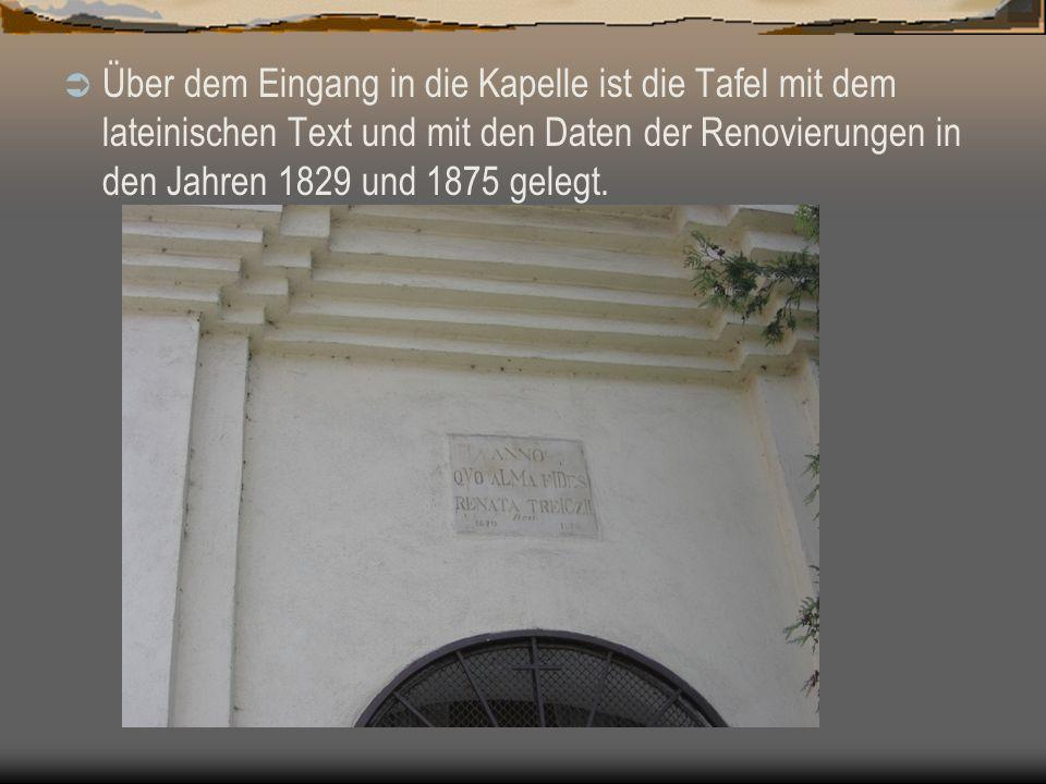 Über dem Eingang in die Kapelle ist die Tafel mit dem lateinischen Text und mit den Daten der Renovierungen in den Jahren 1829 und 1875 gelegt.