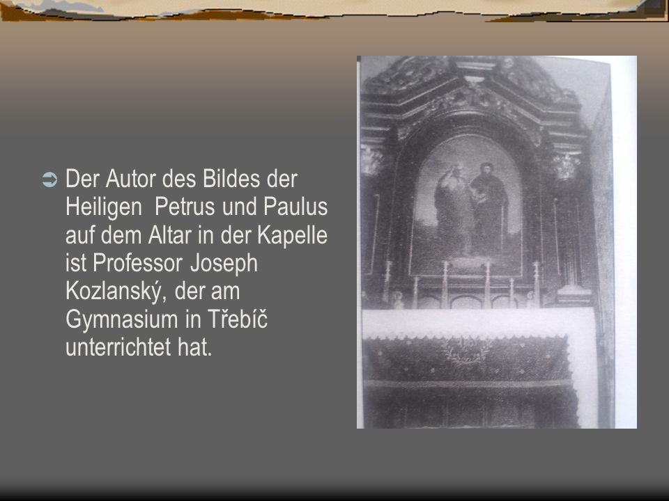 Der Autor des Bildes der Heiligen Petrus und Paulus auf dem Altar in der Kapelle ist Professor Joseph Kozlanský, der am Gymnasium in Třebíč unterrichtet hat.