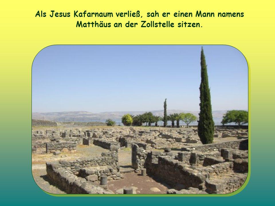 Als Jesus Kafarnaum verließ, sah er einen Mann namens Matthäus an der Zollstelle sitzen.