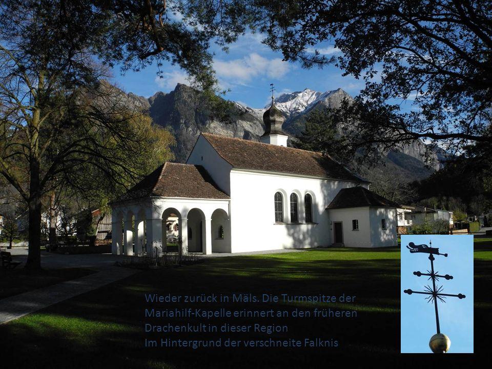 Wieder zurück in Mäls. Die Turmspitze der Mariahilf-Kapelle erinnert an den früheren Drachenkult in dieser Region Im Hintergrund der verschneite Falkn