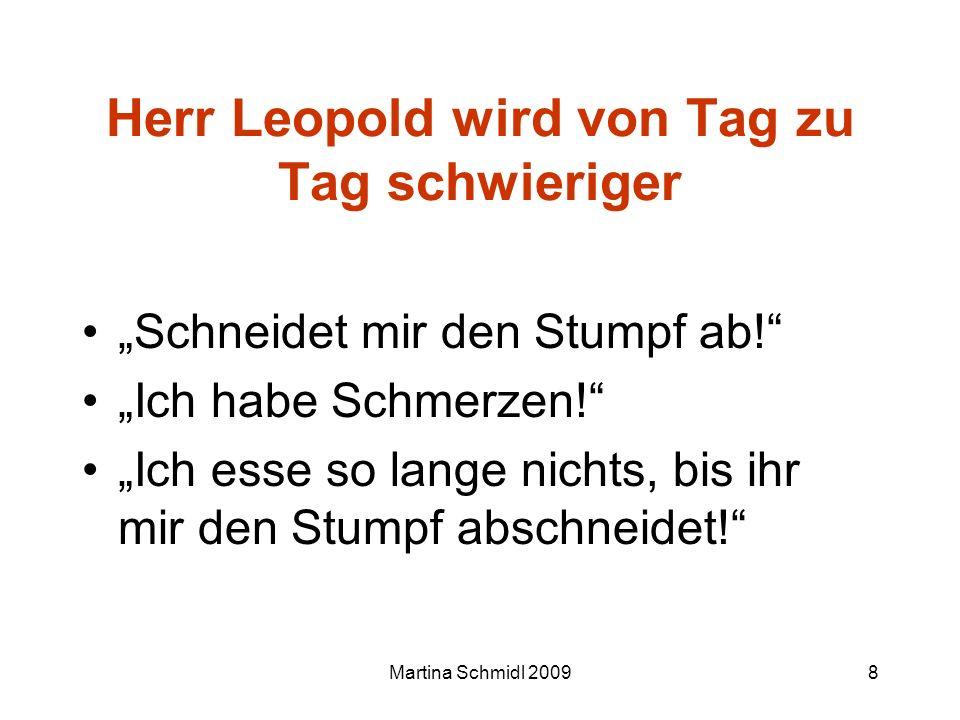 Martina Schmidl 20098 Herr Leopold wird von Tag zu Tag schwieriger Schneidet mir den Stumpf ab! Ich habe Schmerzen! Ich esse so lange nichts, bis ihr