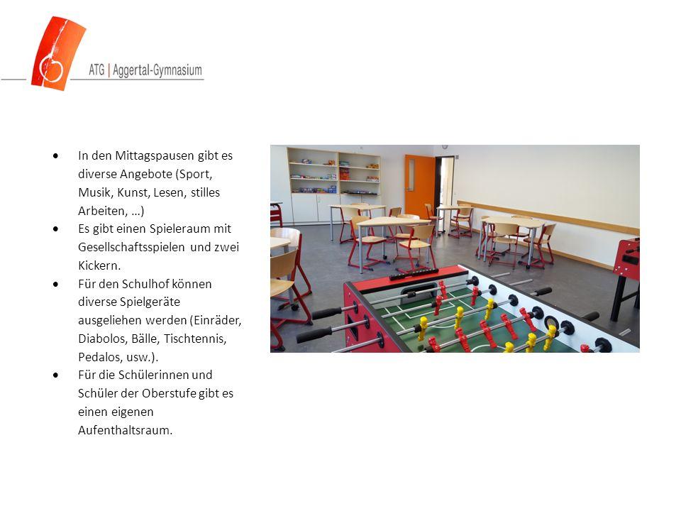  In den Mittagspausen gibt es diverse Angebote (Sport, Musik, Kunst, Lesen, stilles Arbeiten, …)  Es gibt einen Spieleraum mit Gesellschaftsspielen und zwei Kickern.