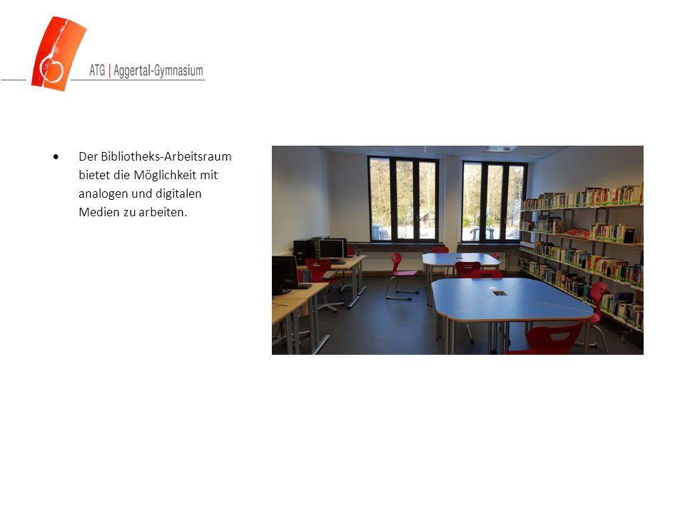  Der Bibliotheks-Arbeitsraum bietet die Möglichkeit mit analogen und digitalen Medien zu arbeiten.