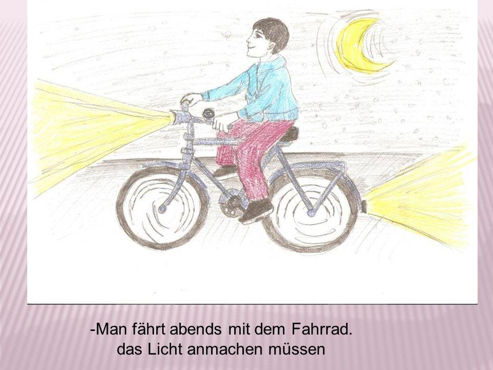 -Man fährt abends mit dem Fahrrad. das Licht anmachen müssen