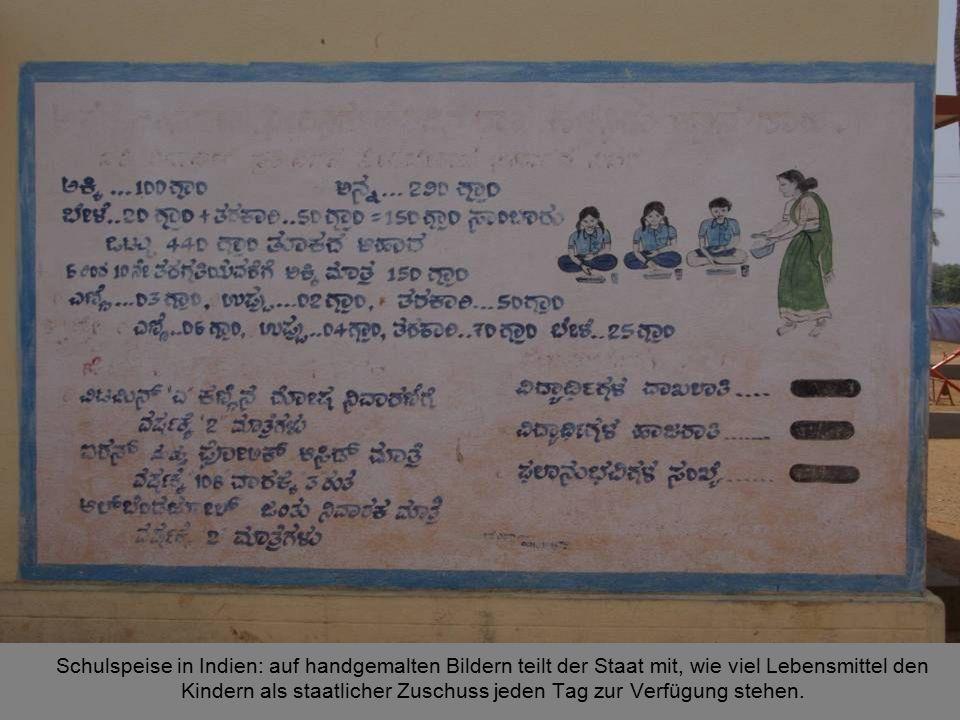 : Schulspeise in Indien: auf handgemalten Bildern teilt der Staat mit, wie viel Lebensmittel den Kindern als staatlicher Zuschuss jeden Tag zur Verfügung stehen.