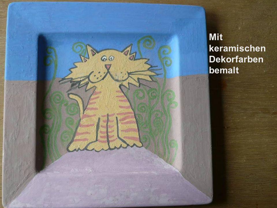 Dekoration der Teller nach dem 1. Brand Motiv mit dem Bleistift auf die rohe Glasur aufgetragen Mit keramischen Dekorfarben bemalt