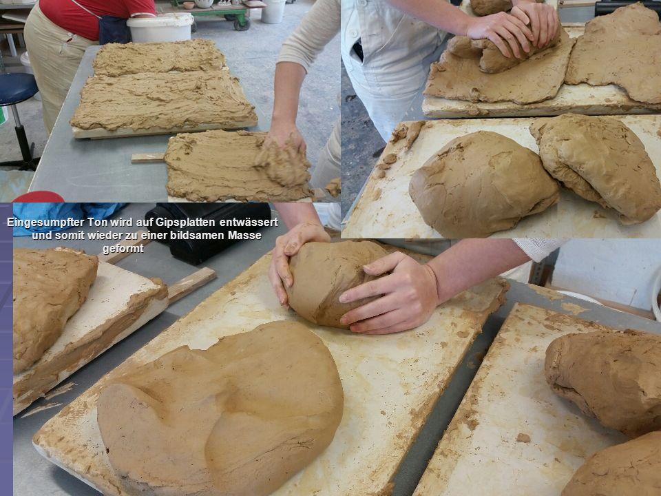 Eingesumpfter Ton wird auf Gipsplatten entwässert und somit wieder zu einer bildsamen Masse geformt