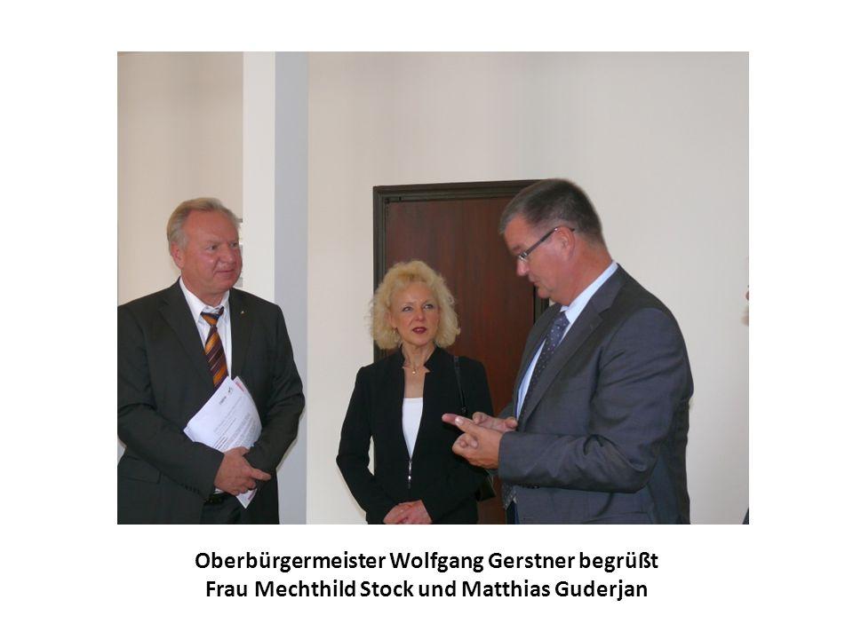 Oberbürgermeister Wolfgang Gerstner begrüßt Frau Mechthild Stock und Matthias Guderjan