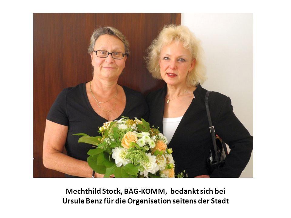Mechthild Stock, BAG-KOMM, bedankt sich bei Ursula Benz für die Organisation seitens der Stadt