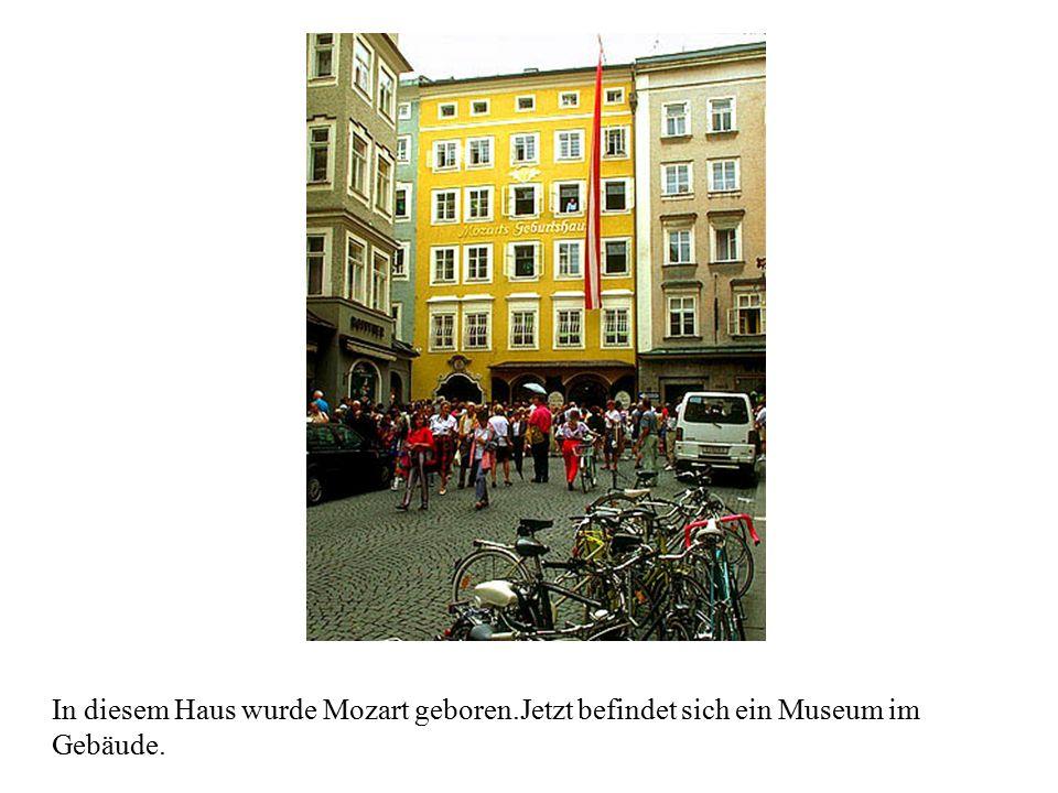 In diesem Haus wurde Mozart geboren.Jetzt befindet sich ein Museum im Gebäude.