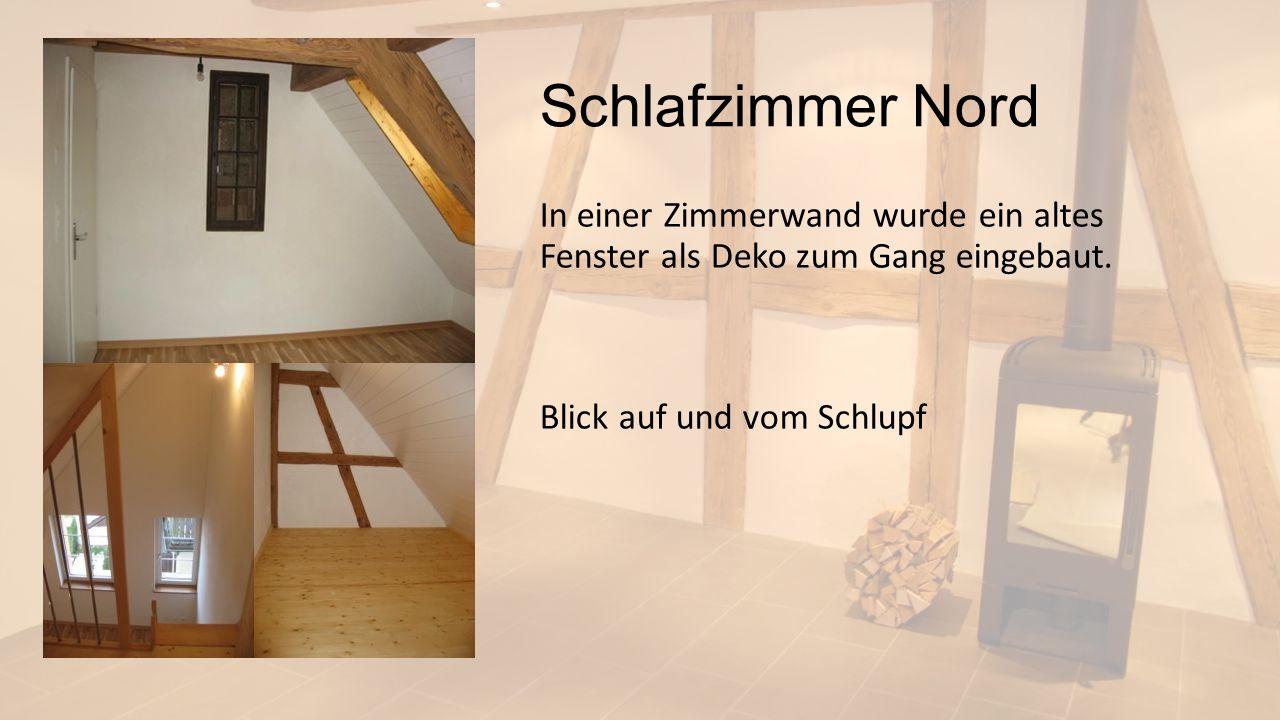 Schlafzimmer Nord In einer Zimmerwand wurde ein altes Fenster als Deko zum Gang eingebaut. Blick auf und vom Schlupf