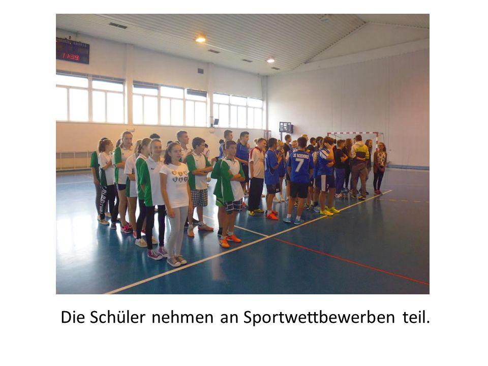 Die Schüler nehmen an Sportwettbewerben teil.