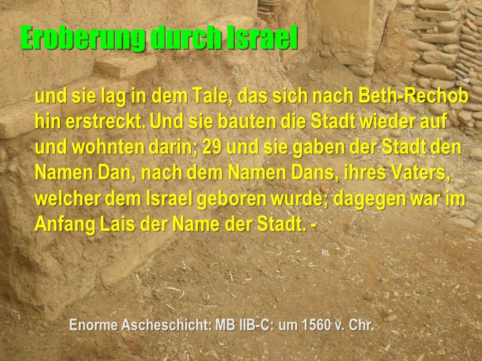 und sie lag in dem Tale, das sich nach Beth-Rechob hin erstreckt. Und sie bauten die Stadt wieder auf und wohnten darin; 29 und sie gaben der Stadt de