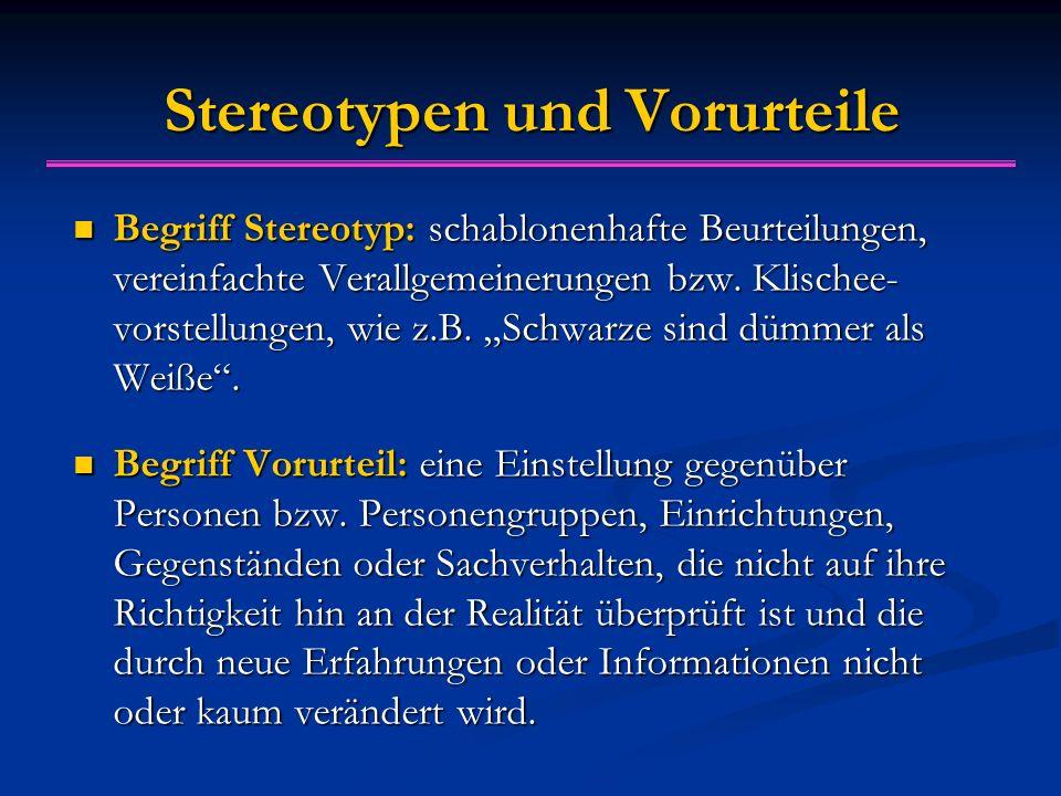"""Stereotypen und Vorurteile Begriff Stereotyp: schablonenhafte Beurteilungen, vereinfachte Verallgemeinerungen bzw. Klischee- vorstellungen, wie z.B. """""""