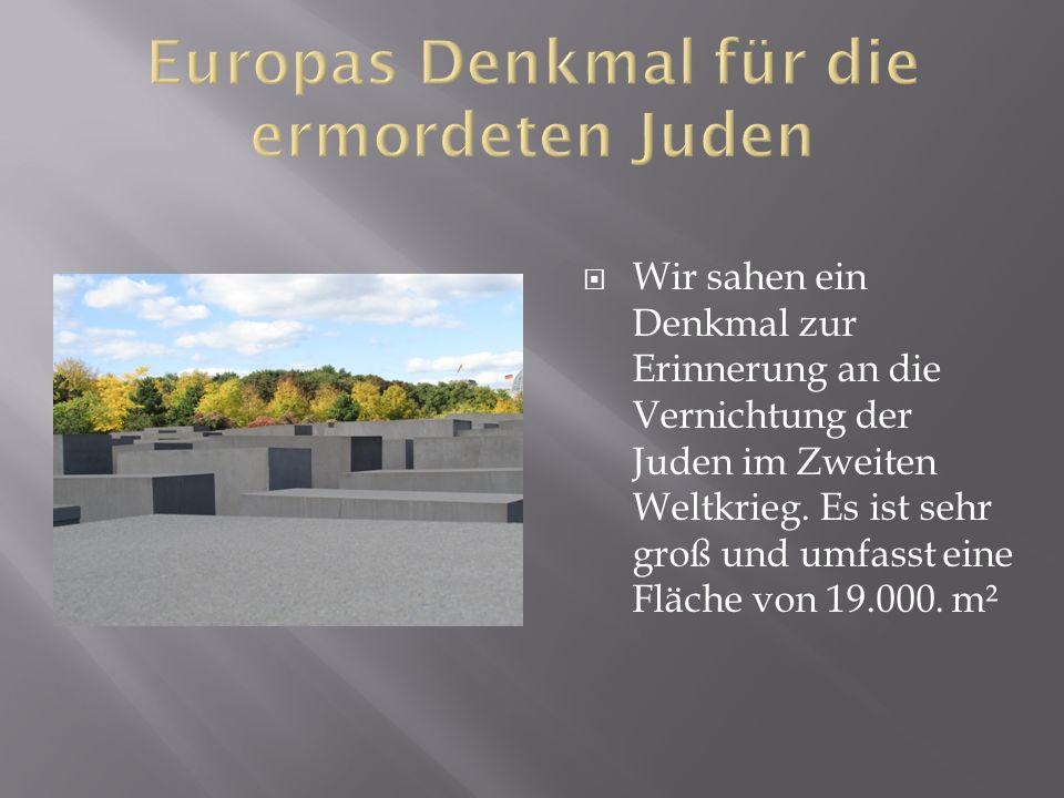  Wir sahen ein Denkmal zur Erinnerung an die Vernichtung der Juden im Zweiten Weltkrieg.