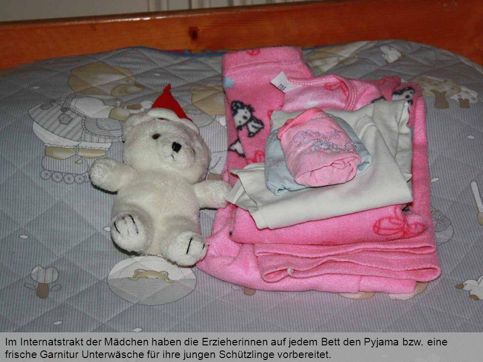 Im Internatstrakt der Mädchen haben die Erzieherinnen auf jedem Bett den Pyjama bzw. eine frische Garnitur Unterwäsche für ihre jungen Schützlinge vor