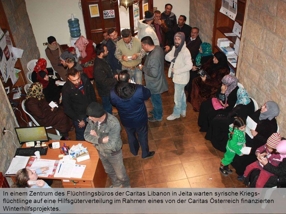 In einem Zentrum des Flüchtlingsbüros der Caritas Libanon in Jeita warten syrische Kriegs- flüchtlinge auf eine Hilfsgüterverteilung im Rahmen eines von der Caritas Österreich finanzierten Winterhilfsprojektes.