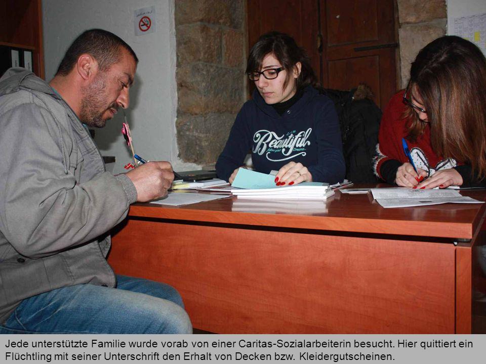 Jede unterstützte Familie wurde vorab von einer Caritas-Sozialarbeiterin besucht. Hier quittiert ein Flüchtling mit seiner Unterschrift den Erhalt von