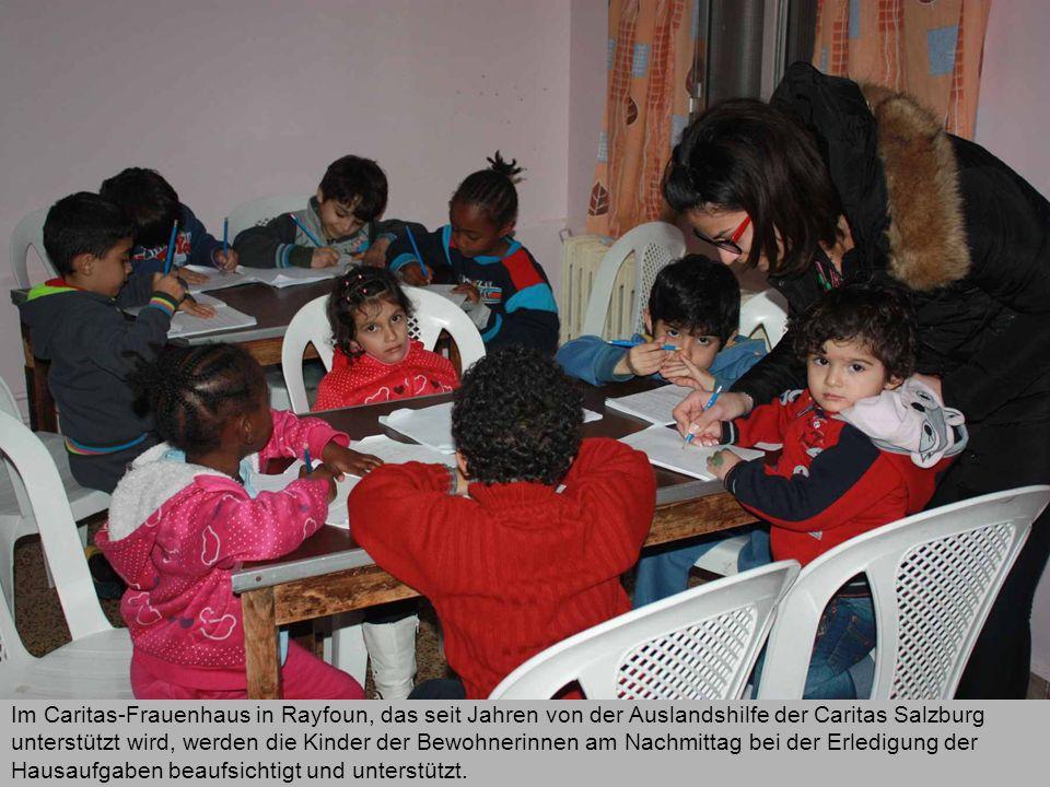 Im Caritas-Frauenhaus in Rayfoun, das seit Jahren von der Auslandshilfe der Caritas Salzburg unterstützt wird, werden die Kinder der Bewohnerinnen am Nachmittag bei der Erledigung der Hausaufgaben beaufsichtigt und unterstützt.