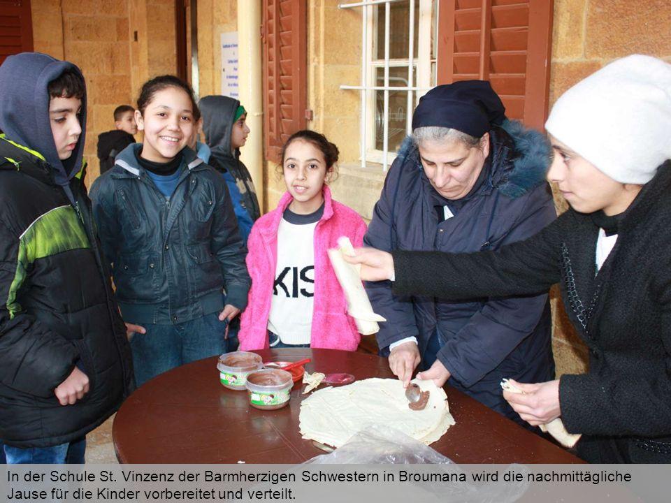 In der Schule St. Vinzenz der Barmherzigen Schwestern in Broumana wird die nachmittägliche Jause für die Kinder vorbereitet und verteilt.