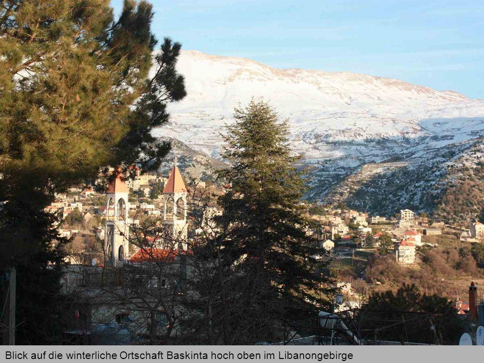 Blick auf die winterliche Ortschaft Baskinta hoch oben im Libanongebirge
