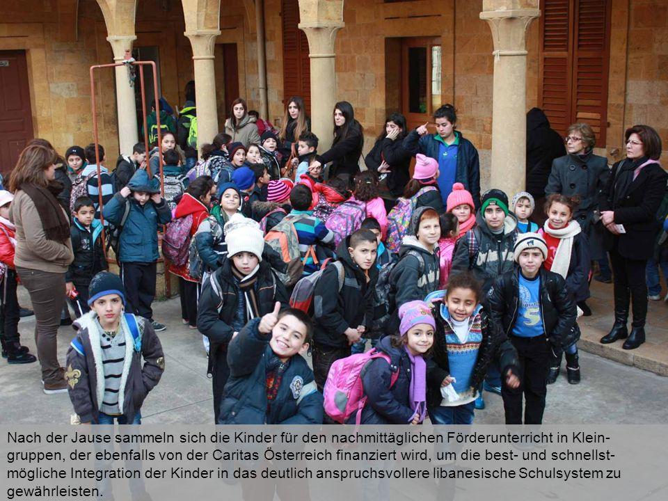 Nach der Jause sammeln sich die Kinder für den nachmittäglichen Förderunterricht in Klein- gruppen, der ebenfalls von der Caritas Österreich finanziert wird, um die best- und schnellst- mögliche Integration der Kinder in das deutlich anspruchsvollere libanesische Schulsystem zu gewährleisten.
