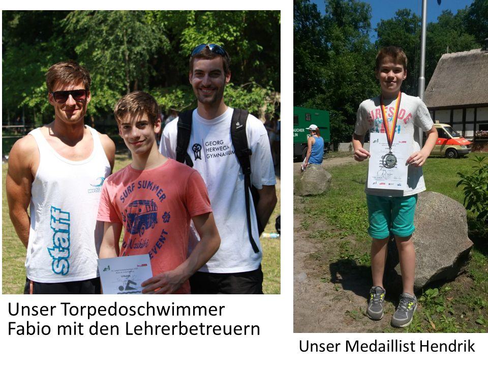 Unser Torpedoschwimmer Fabio mit den Lehrerbetreuern Unser Medaillist Hendrik