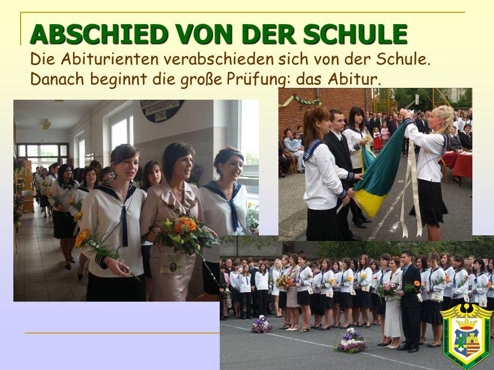 ABSCHIED VON DER SCHULE ABSCHIED VON DER SCHULE Die Abiturienten verabschieden sich von der Schule.