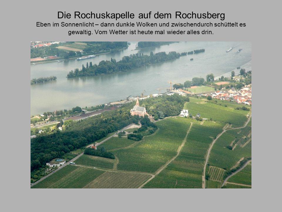 Die Rochuskapelle auf dem Rochusberg Eben im Sonnenlicht – dann dunkle Wolken und zwischendurch schüttelt es gewaltig.
