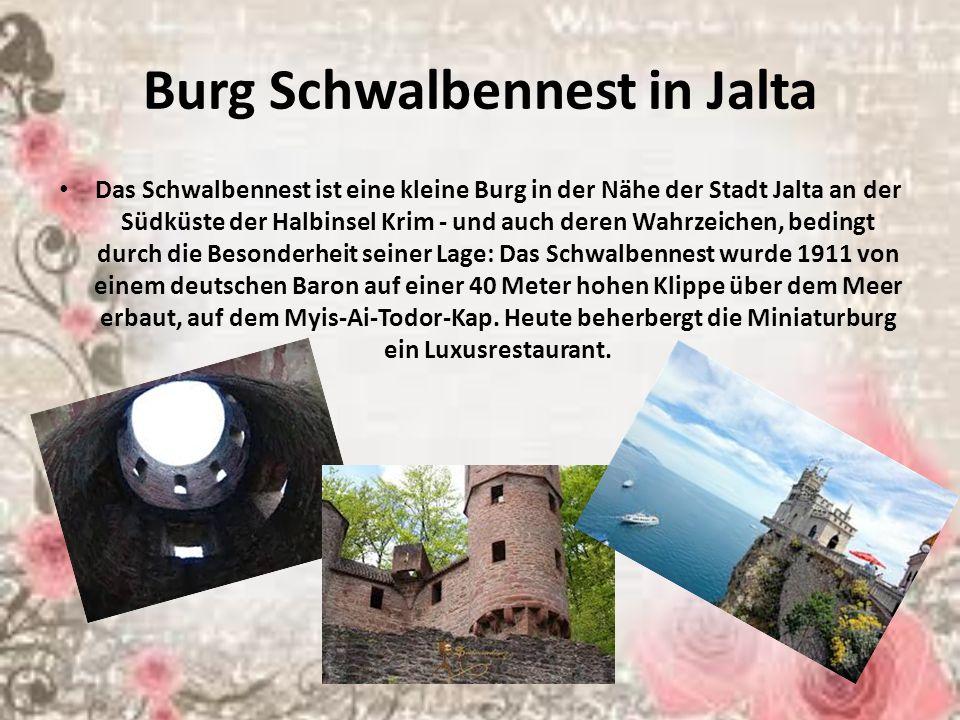 Burg Schwalbennest in Jalta Das Schwalbennest ist eine kleine Burg in der Nähe der Stadt Jalta an der Südküste der Halbinsel Krim - und auch deren Wahrzeichen, bedingt durch die Besonderheit seiner Lage: Das Schwalbennest wurde 1911 von einem deutschen Baron auf einer 40 Meter hohen Klippe über dem Meer erbaut, auf dem Myis-Ai-Todor-Kap.