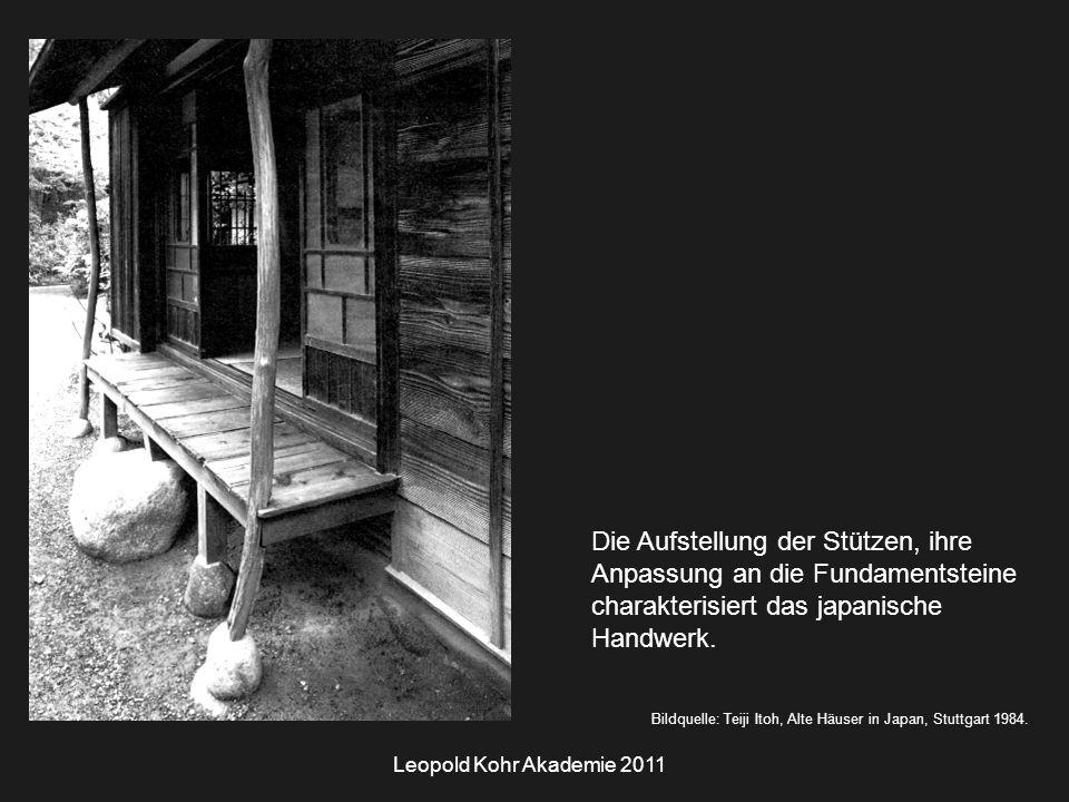 Leopold Kohr Akademie 2011 Die Aufstellung der Stützen, ihre Anpassung an die Fundamentsteine charakterisiert das japanische Handwerk.