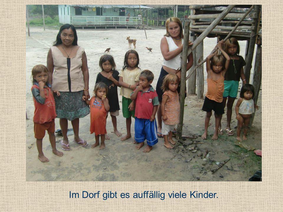 Im Dorf gibt es auffällig viele Kinder.