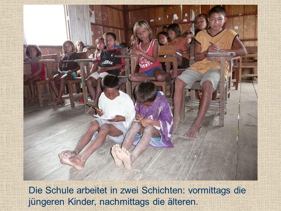 Die Schule arbeitet in zwei Schichten: vormittags die jüngeren Kinder, nachmittags die älteren.