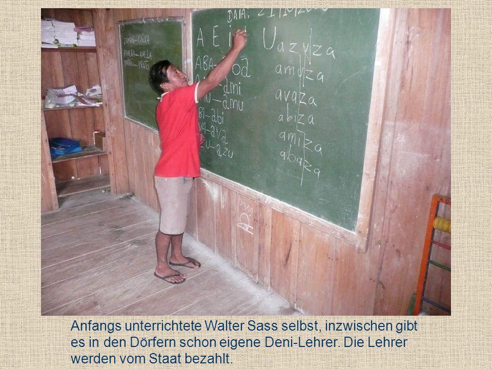Anfangs unterrichtete Walter Sass selbst, inzwischen gibt es in den Dörfern schon eigene Deni-Lehrer. Die Lehrer werden vom Staat bezahlt.