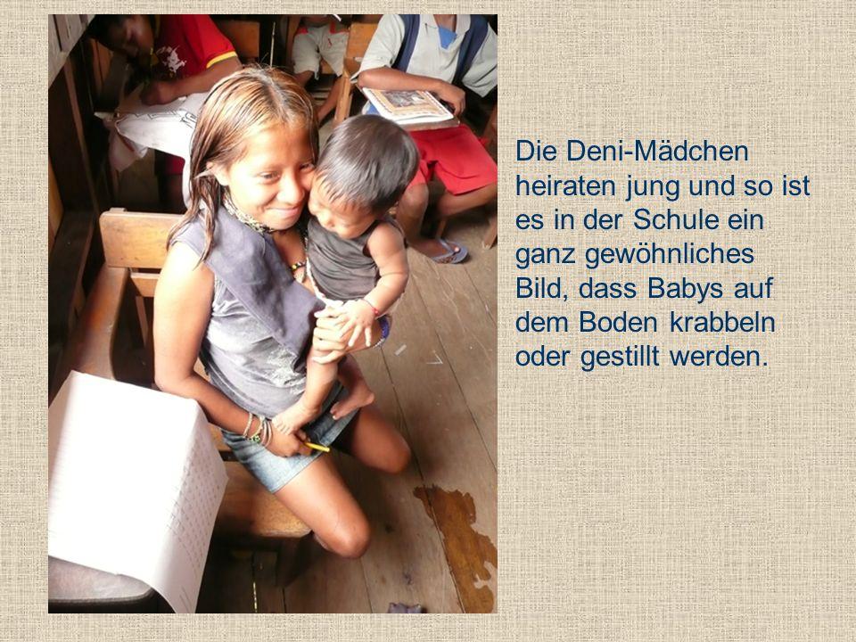 Die Deni-Mädchen heiraten jung und so ist es in der Schule ein ganz gewöhnliches Bild, dass Babys auf dem Boden krabbeln oder gestillt werden.
