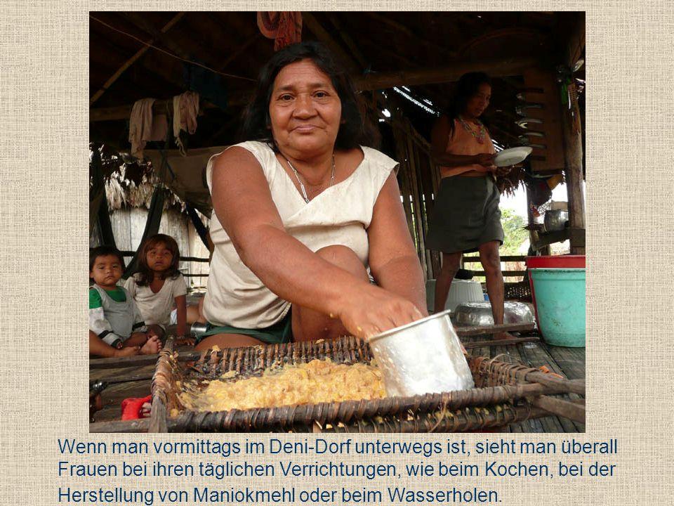 Wenn man vormittags im Deni-Dorf unterwegs ist, sieht man überall Frauen bei ihren täglichen Verrichtungen, wie beim Kochen, bei der Herstellung von Maniokmehl oder beim Wasserholen.