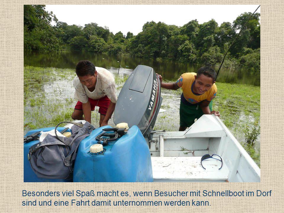 Besonders viel Spaß macht es, wenn Besucher mit Schnellboot im Dorf sind und eine Fahrt damit unternommen werden kann.